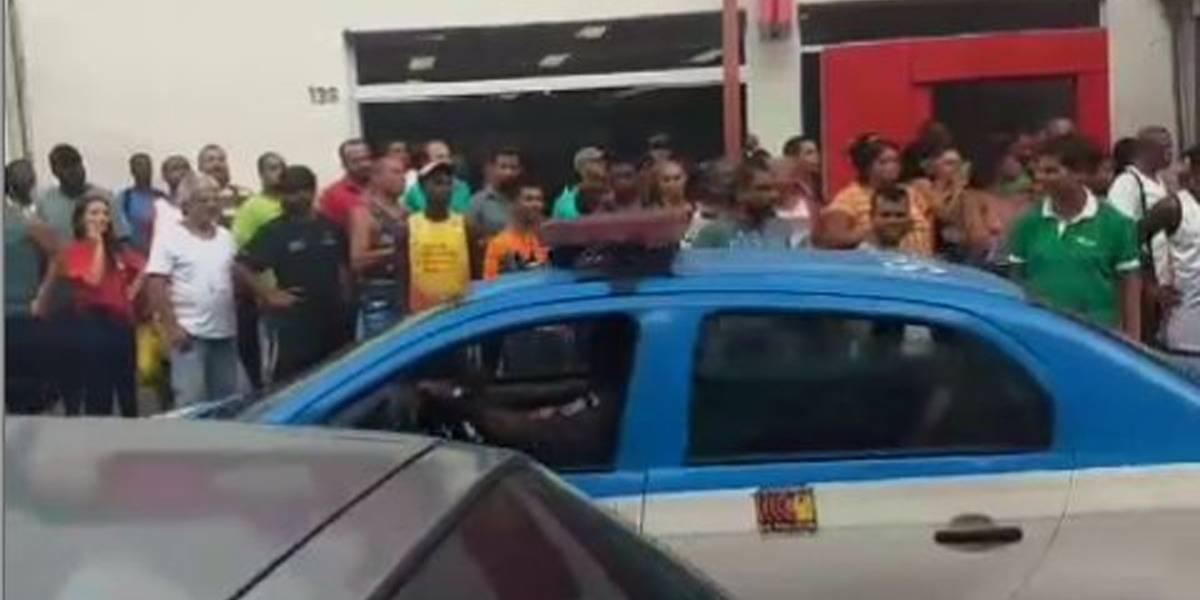 Criminosos fazem reféns em banco no Rio de Janeiro