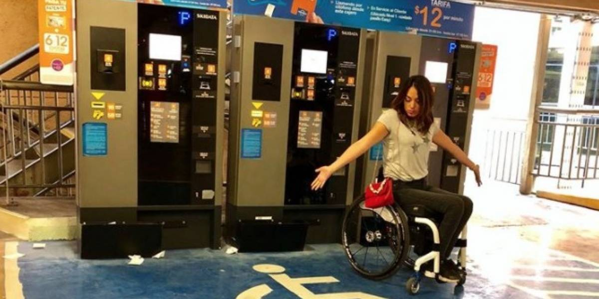 """""""Esto me superó"""": el fuerte reclamo de joven en silla de ruedas contra mall por bloquear estacionamiento para discapacitados"""