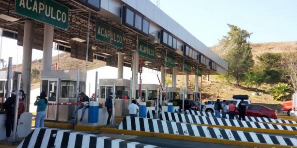 Normalistas toman casetas de La Venta y Palo Blanco en la Autopista del Sol