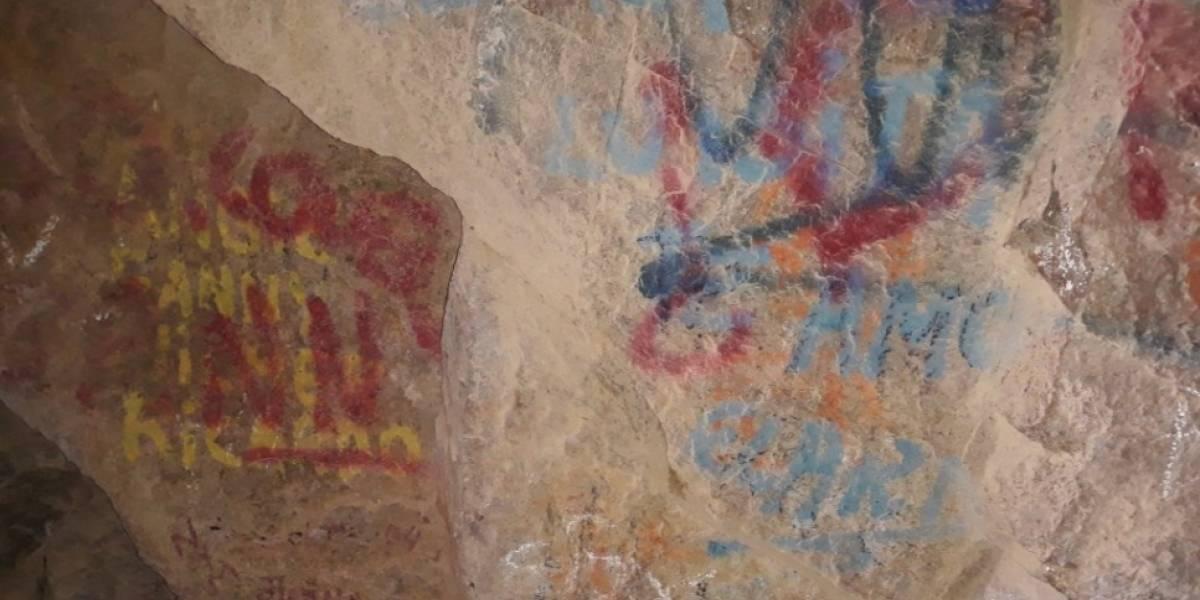 """Firmas y un """"Te amo"""": Vándalos rayaron pinturas rupestres de hace más de mil años en Arica"""
