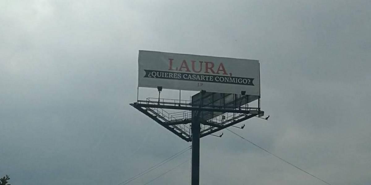 Apareció Laura, la mujer a la que le pidieron matrimonio en una valla y esta fue su respuesta