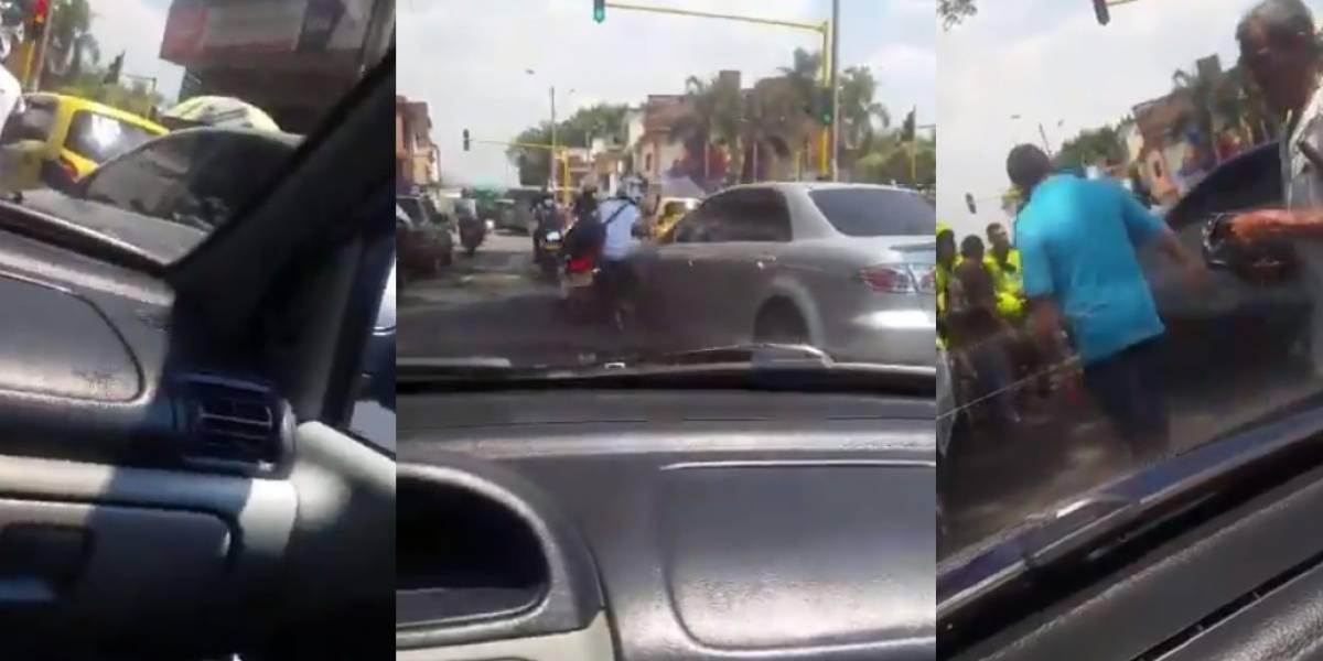 Motociclista se salvó de ser arrollado por un carro al que le acababa de dañar el espejo
