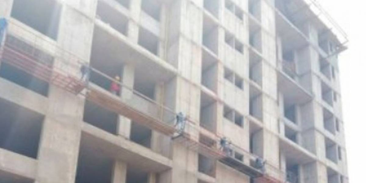 Dos obreros sobrevivieron al caer del décimo piso de un edificio en construcción