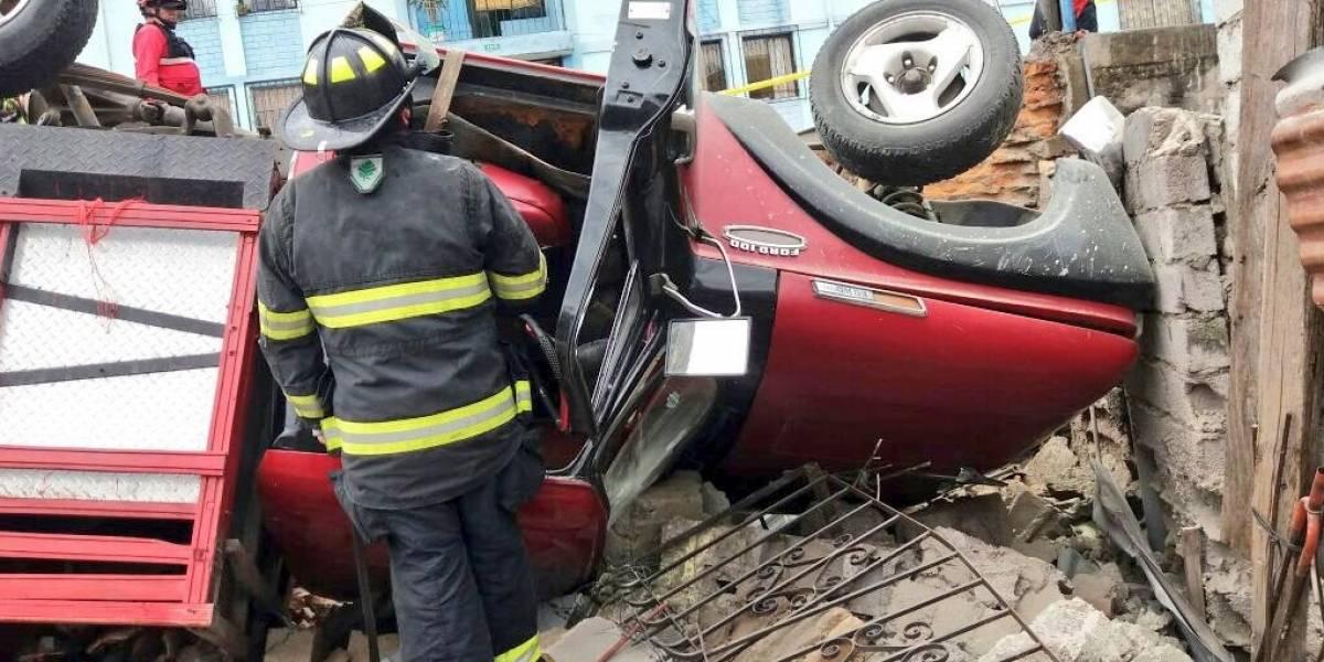 Dos heridos tras choque de camión contra una casa