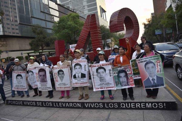 Madres y Padres de los 43 estudiantes desaparecidos de la escuela Normal de Ayotzinapa se manifestaron para exigir a las autoridades la presentación con vida de los estudiantes y de la aclaración de los hechos.