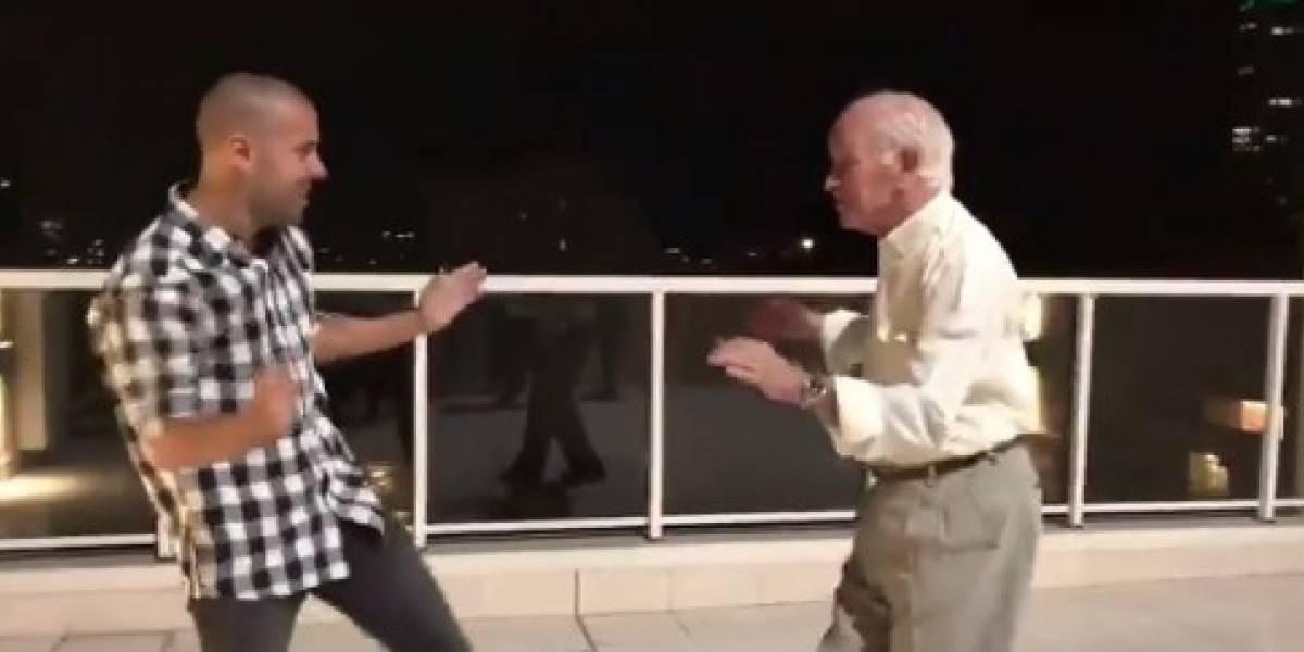 """Coreógrafo de Daddy Yankee le enseña a bailar """"Dura"""" a su abuelo de 82 años"""