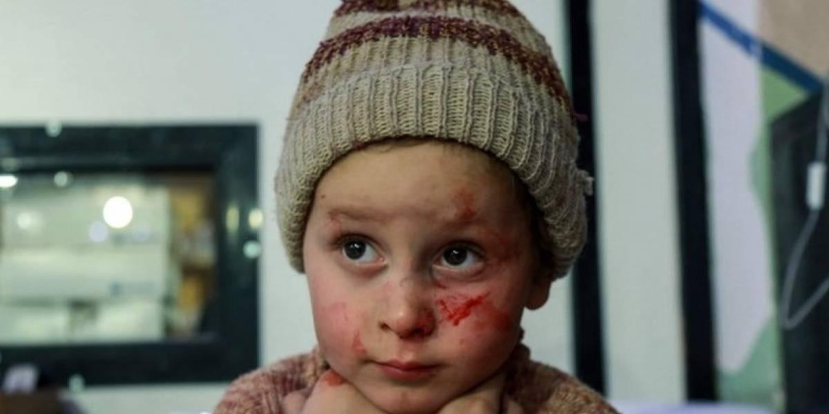 Mulheres e crianças fogem de intensos bombardeios em Ghouta, na Síria