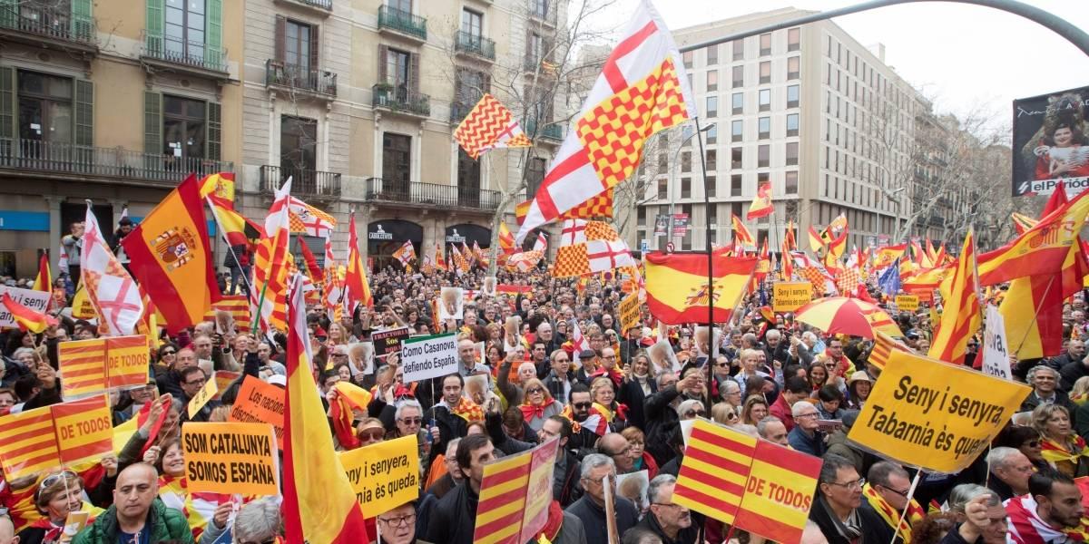 Catalanes contrarios a la independencia marchan en Barcelona