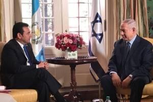 El primer ministro israelí saluda al presidente de Guatemala.