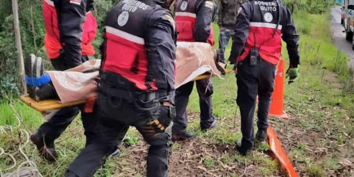 Rescatan a cuatro personas que cayeron a una quebrada en Conocoto