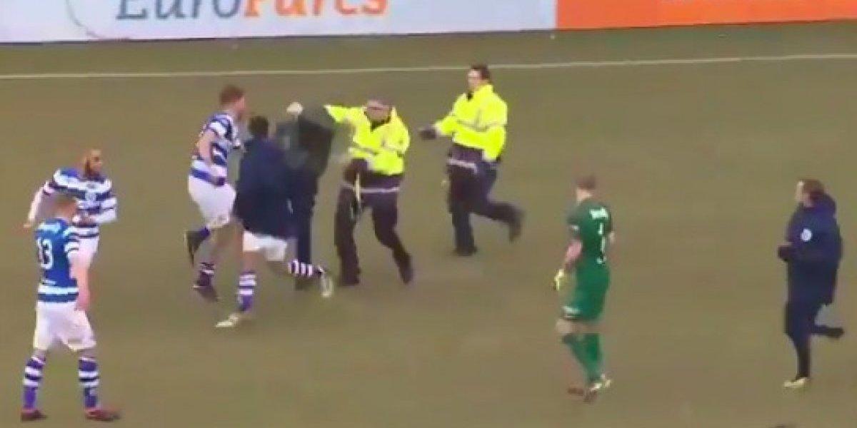 VIDEO: Aficionados golpean a jugadores del equipo rival en pleno partido