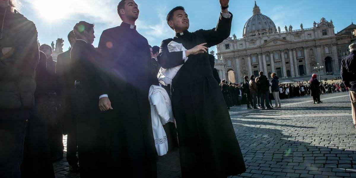 Escándalo en Italia: envían al Vaticano expediente que acusa a 40 sacerdotes de ser homosexuales