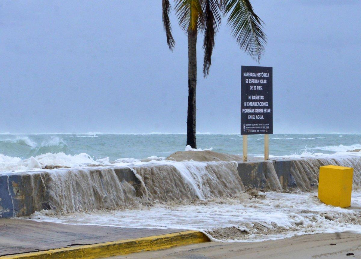 Foto: Dennis A. Jones/ Metro P. R. Foto: Las olas rompen fuerte en la playa Último Trolley en San Juan/Dennis A. Jones/Metro PR