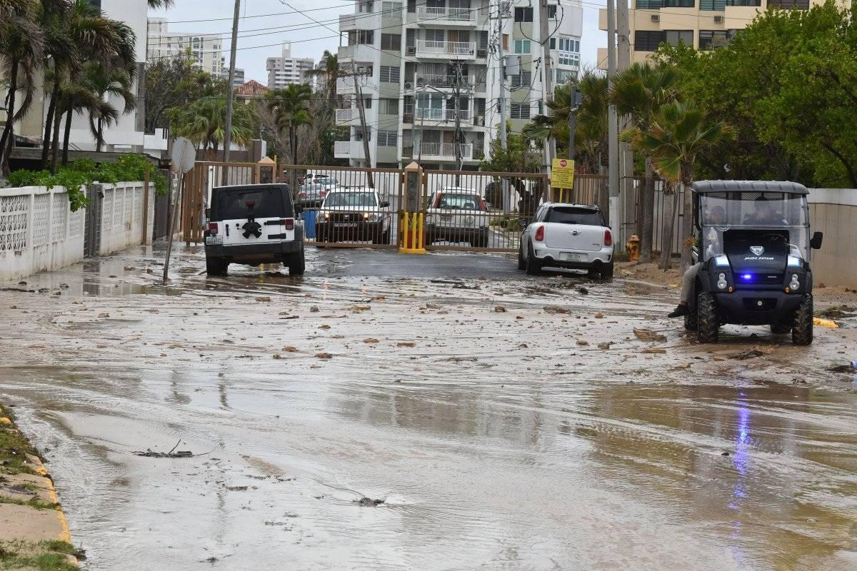 Foto: Se inunda una calle cerca de la playa Último Trolley en San Juan/Dennis A. Jones/Metro PR