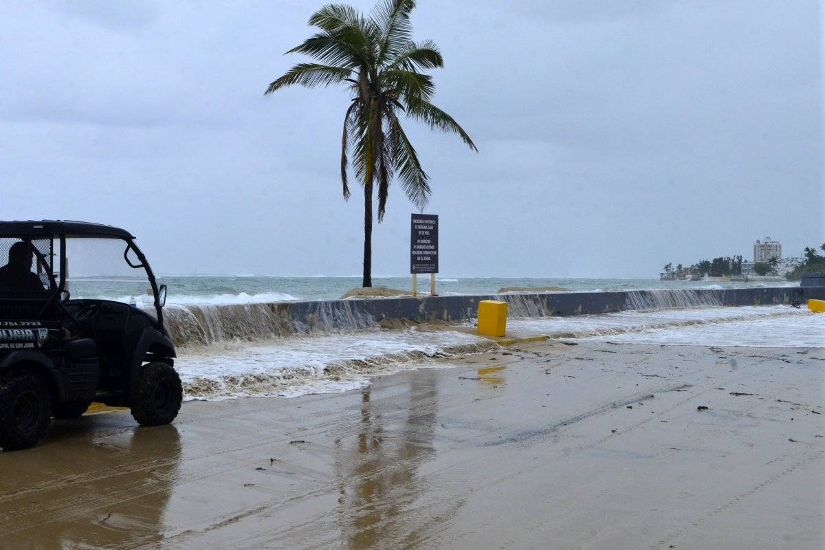 Foto: Las olas rompen fuerte en la playa Último Trolley en San Juan/Dennis A. Jones/Metro PR