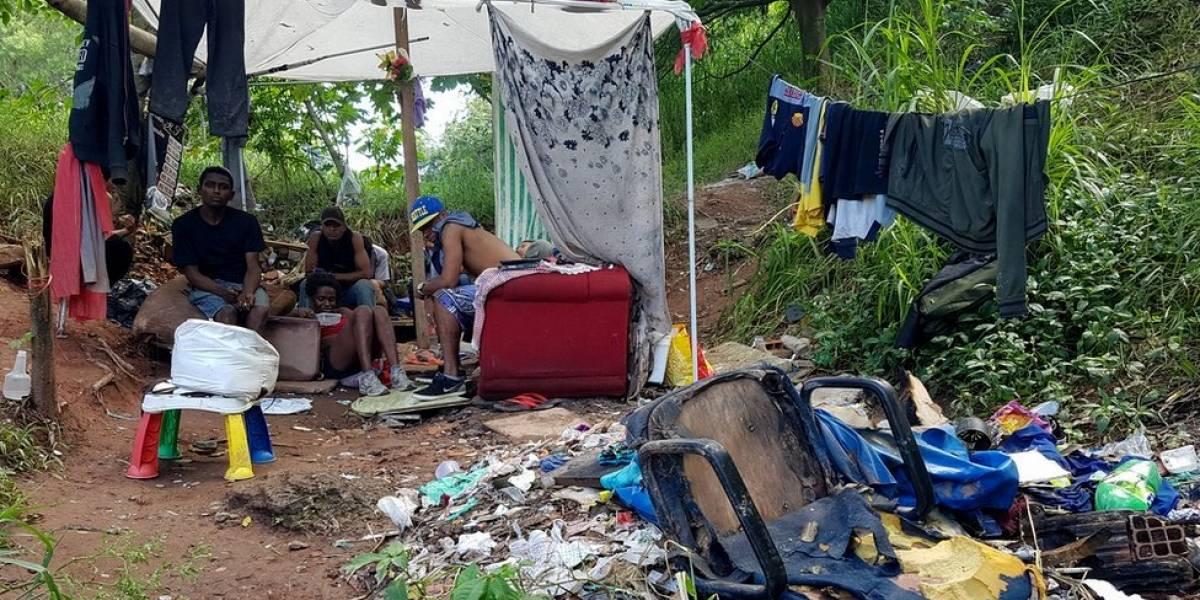A vida dos mais de 50 sem-teto que moram em cemitério e chegam a dormir dentro de tumbas em SP