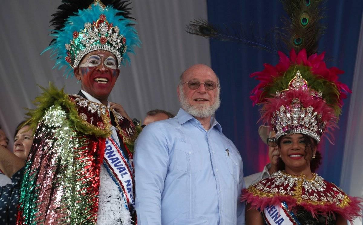 El ministro de Cultura junto a los reyes del carnaval. Fuente externa
