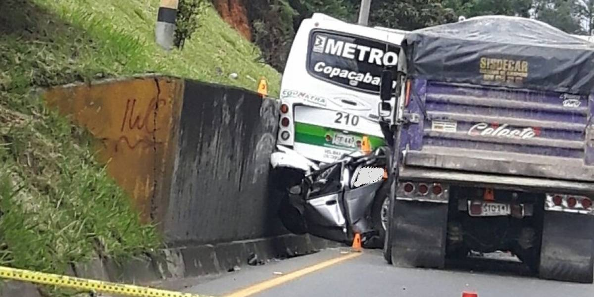 Dos aparatosos accidentes tienen con paso restringido la vía a Copacabana