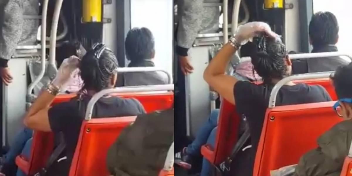 Video: Usuaria de TransMilenio empezó a pintarse el cabello en pleno trayecto