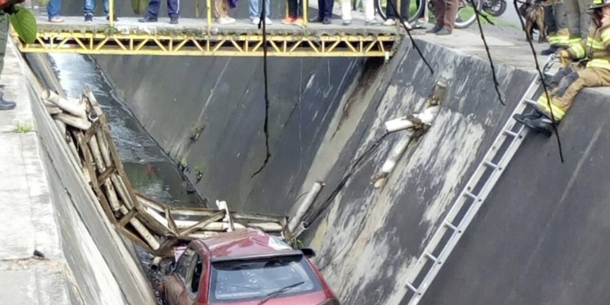 Grave accidente: carro cayó a un caño del norte de Bogotá