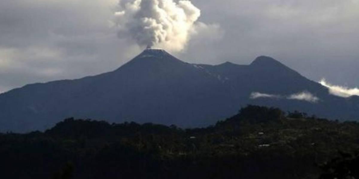 Volcán Reventador emite columnas de vapor y ceniza de 500 metros