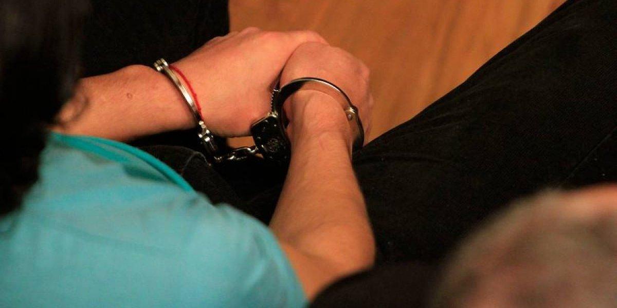 Iquiqueño de 17 años fue sorprendido robando una tele y lo pillaron: acusó golpes en sus costillas y abogado planteó detención ilegal