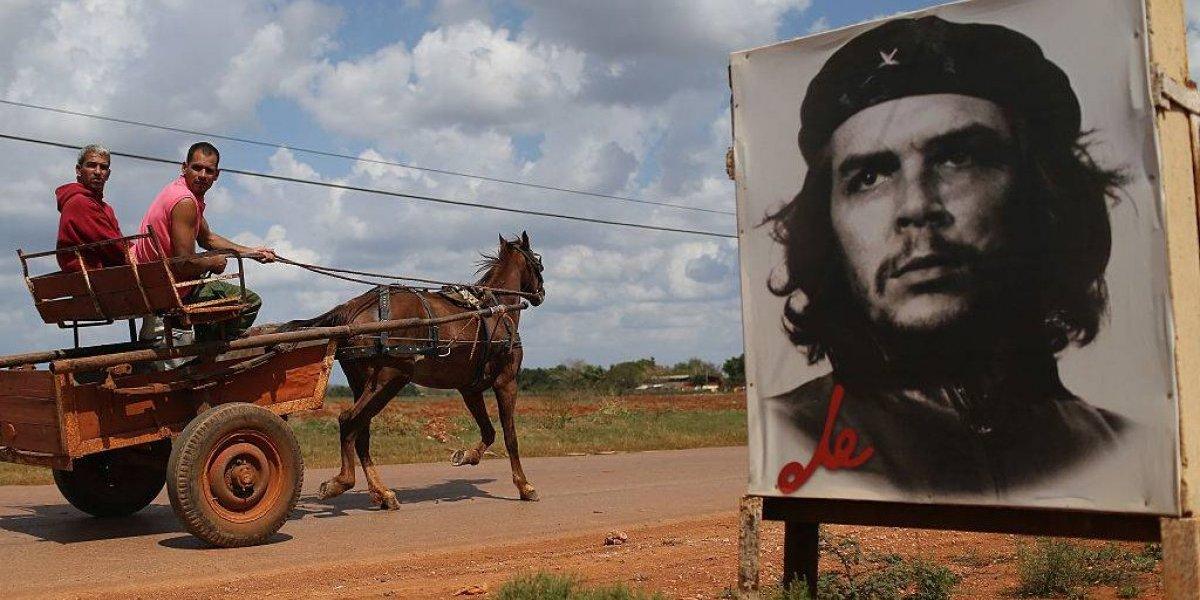 """Un """"ataque terrorista"""", el """"Che"""" Guevara saltó a atender a los heridos y luego pasó a la eternidad: la historia tras una de las fotos más famosas del siglo XX"""