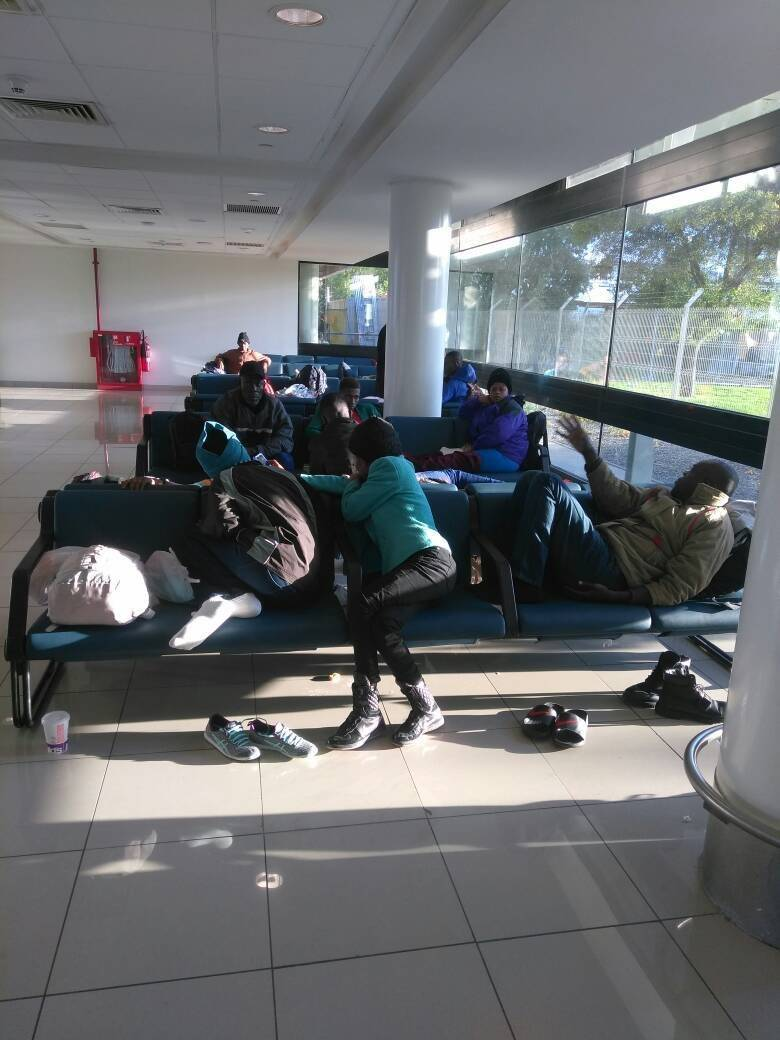 Haitianos duermen en el aeropuerto de Santiago