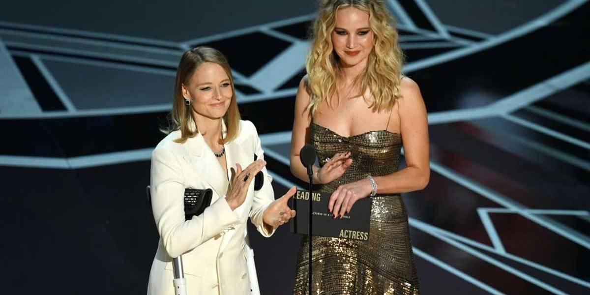 Com drinque na mão, Jennifer Lawrence salta poltronas no Oscar