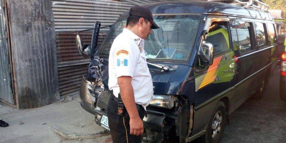 Menores lesionados tras colisión de microbús escolar en zona 5