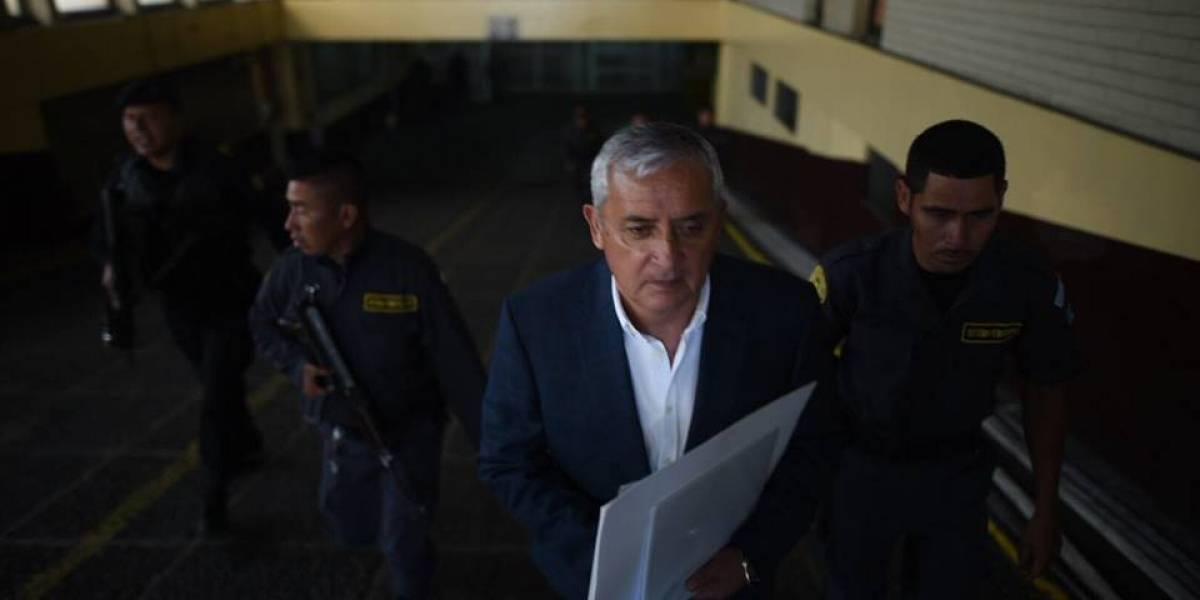 Juez ordena al Inacif analizar informe emitido por médico de Pérez Molina