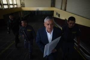 Otto Pérez Molina muestra radiografías y habla de su salud