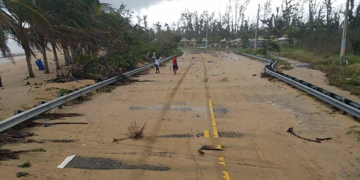 Remueven arena en PR-187 de Loíza tras fuertes marejadas