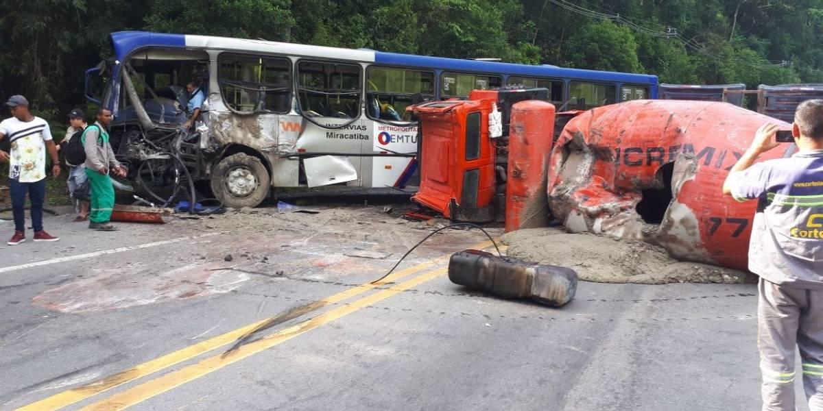 SP: Batida entre ônibus e caminhão fere mais de 20