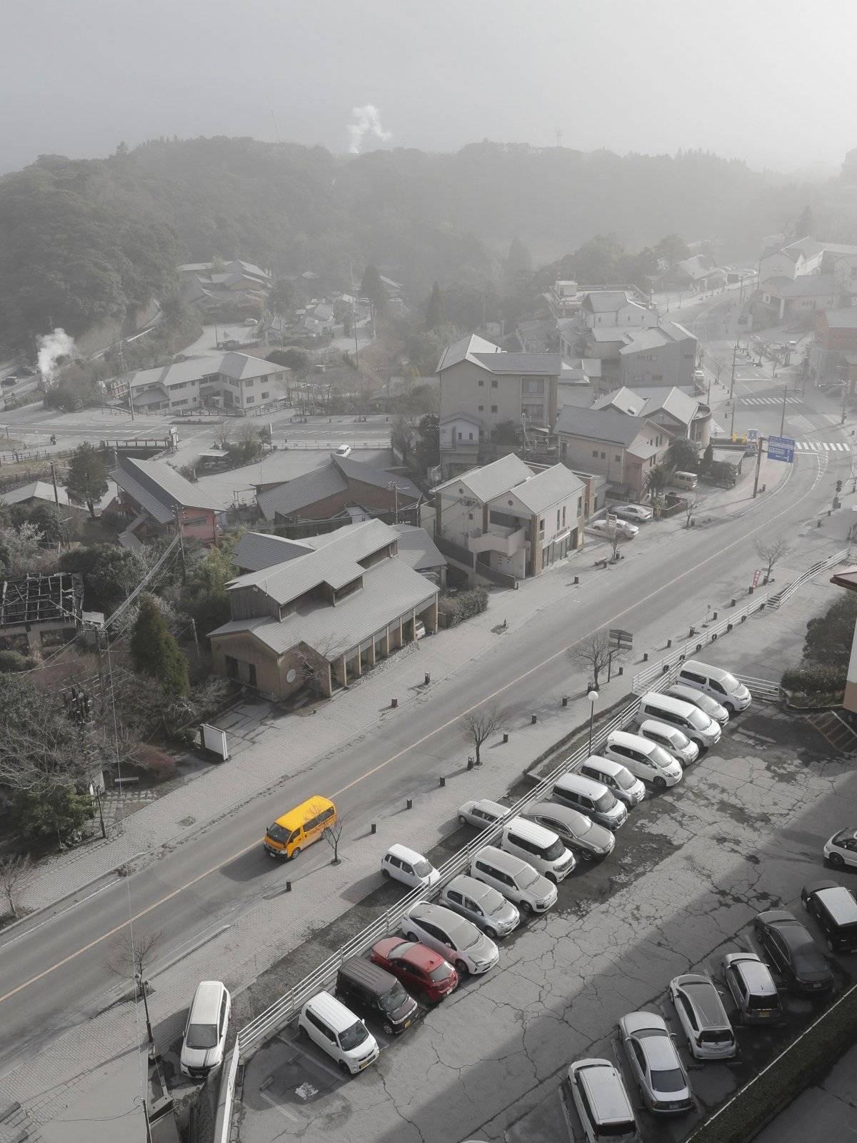 Automóviles y edificios quedaron cubiertos de cenizas volcánicas después de la erupción del Monte Shinmoedake, en la ciudad de Kirishima, a 6 kilómetros del volcán