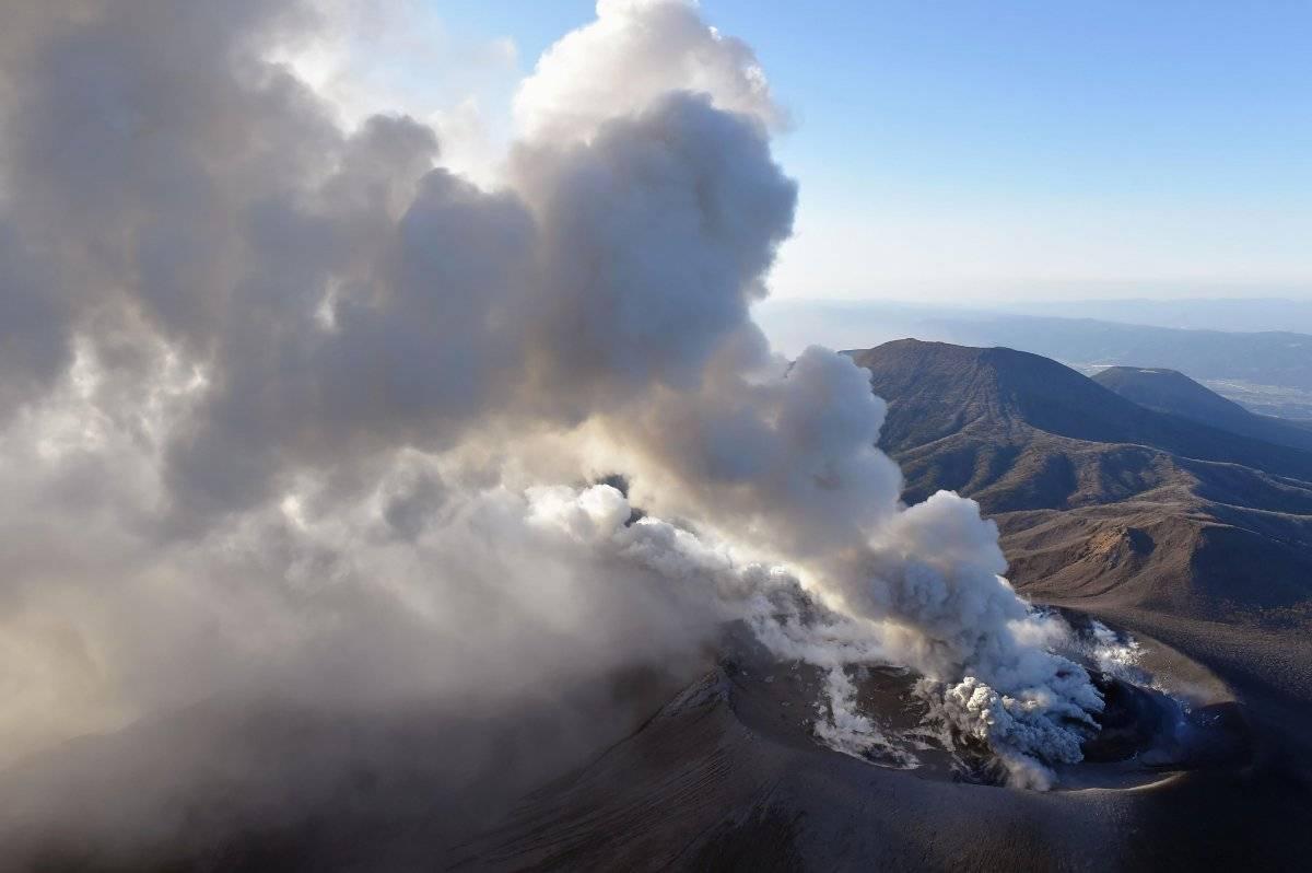 Una columna de humo volcánico se eleva desde el cráter del volcán Shinmoedake después de su erupción en Kirishima, al sur de Japón, el martes 6 de marzo de 2018.