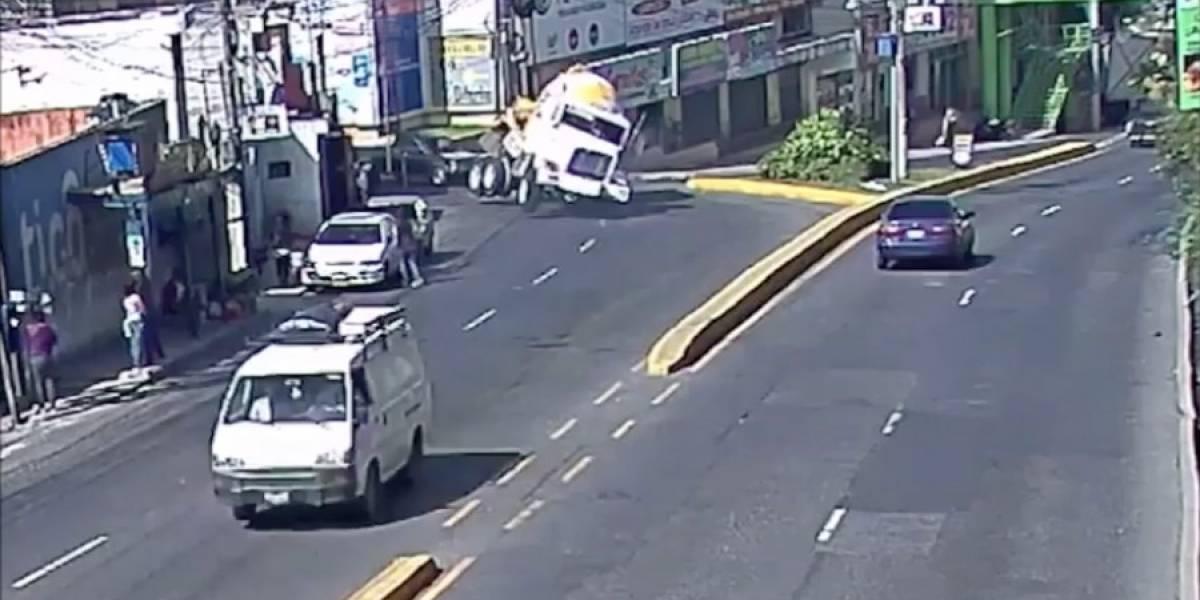 VIDEO. Camión mezclador vuelca por ir a exceso de velocidad
