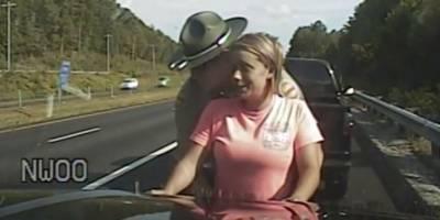 Oficial de Policía detuvo a una mujer y la revisó tocando sus partes íntimas