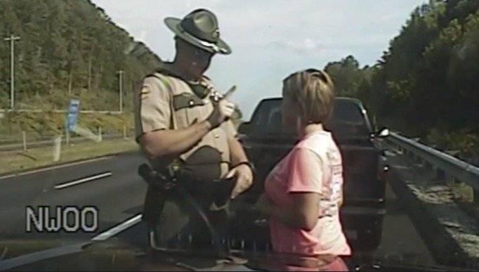 Oficial de Policía detuvo a una mujer y la revisó tocando sus partes íntimas YouTube