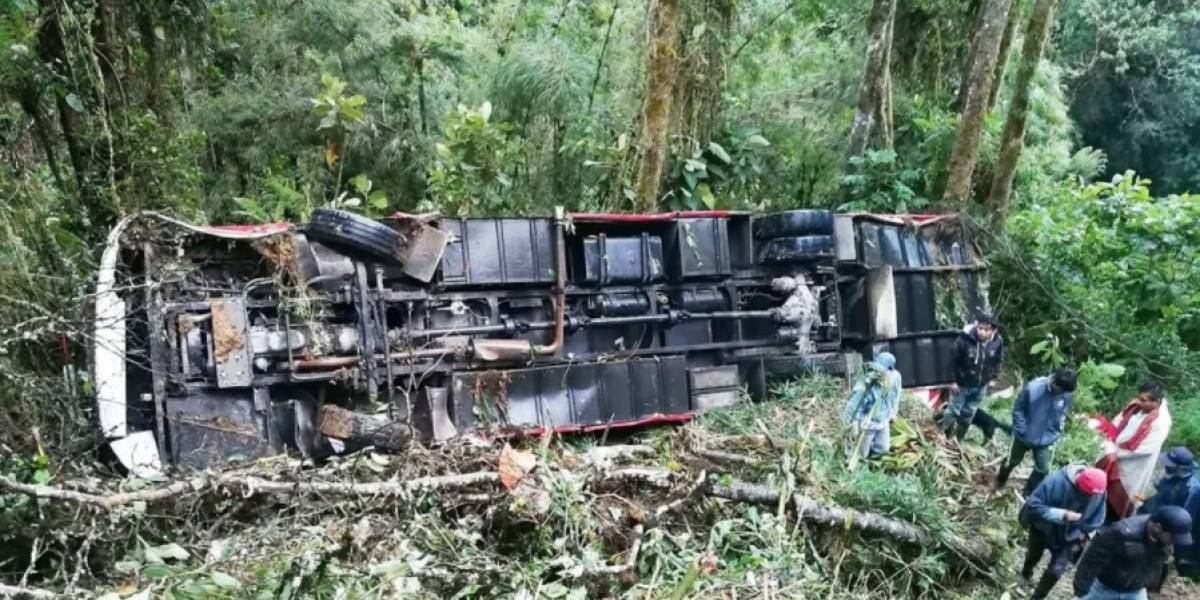 13 heridos tras caer un bus por una pendiente de 50 metros