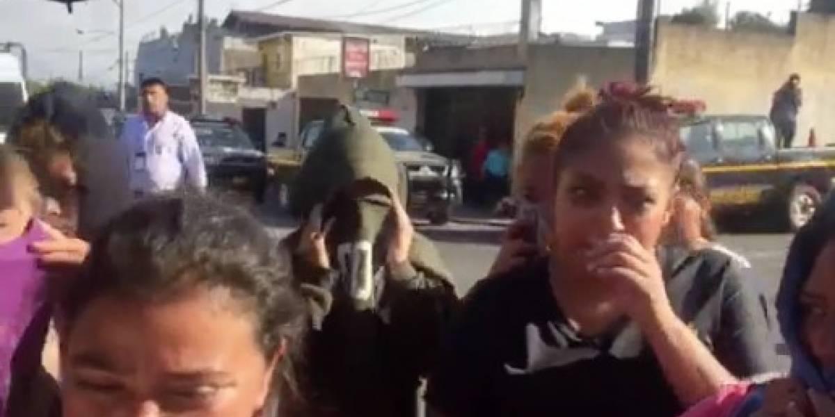 VIDEO. Cubriéndose los rostros, llegan a Gaviotas familiares de internos con varias quejas