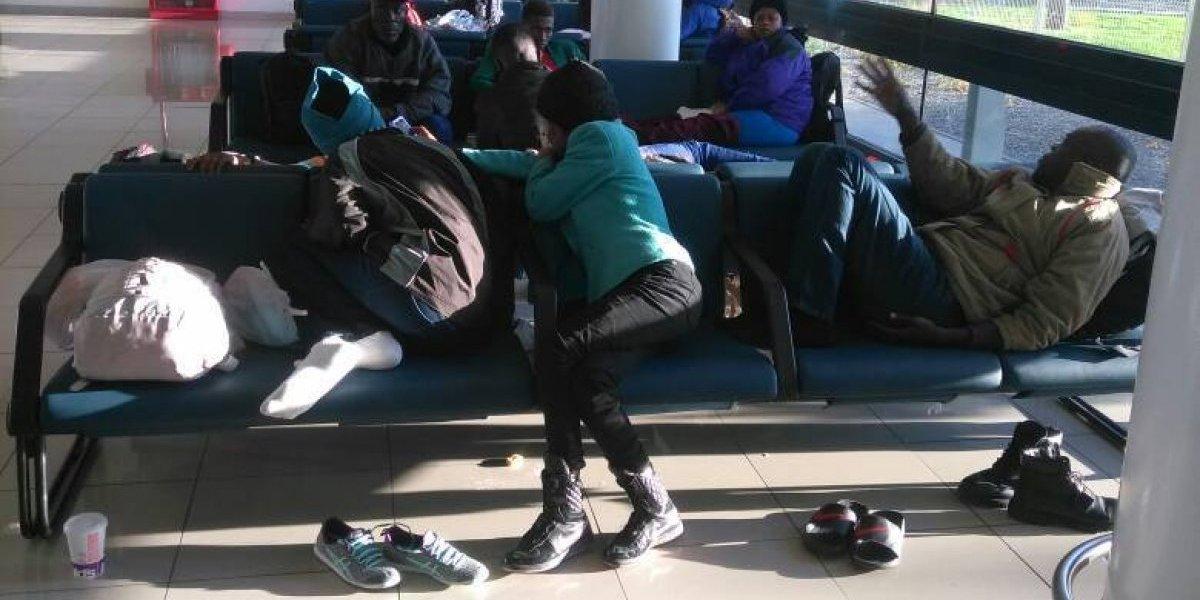Aún quedan dos haitianos de los 171 que fueron declarados inadmisibles y que debieron pasar horas en el aeropuerto de Santiago