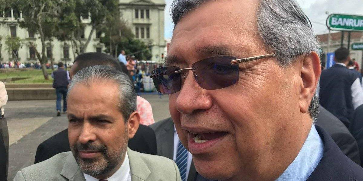 Vicepresidente llama al diálogo a maestros que manifiestan en la plaza de la Constitución