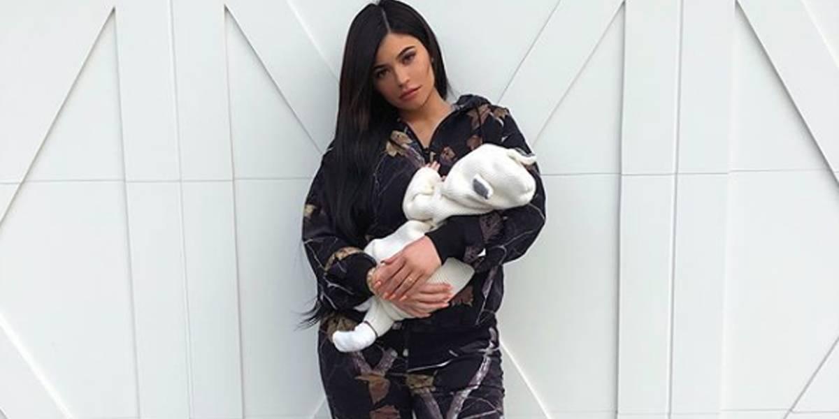 Kylie Jenner mostra rosto da filha recém-nascida; veja