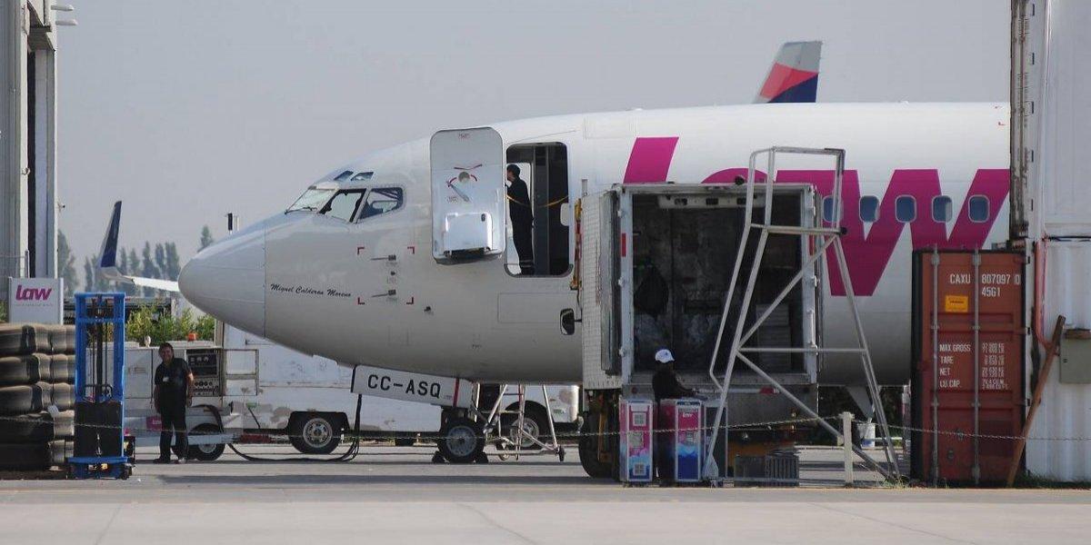 Reembarcaron a haitianos que desde el viernes dormían en el aeropuerto de Santiago