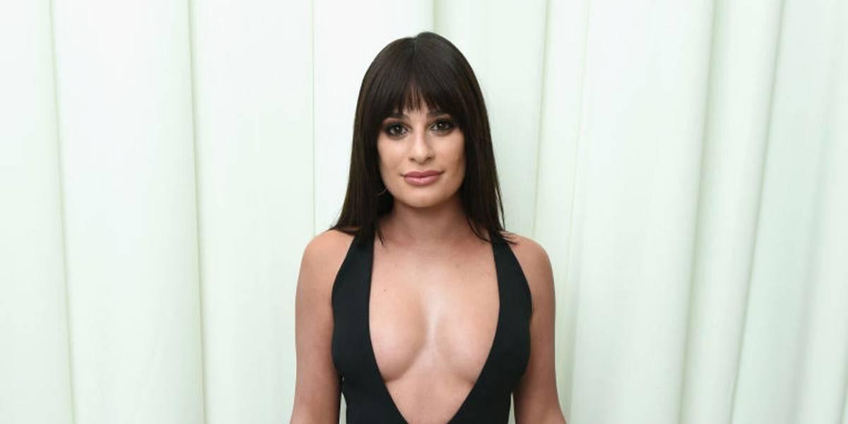 Lea Michele é 'traída' pelo decote durante festa do Oscar