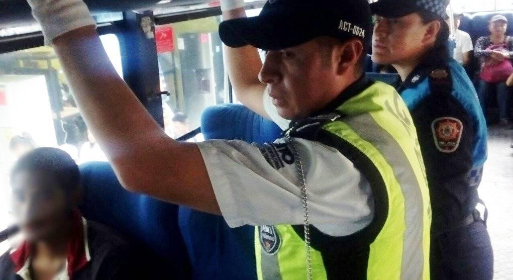 Quito: Agentes de Control aprehende a supuesto delincuente en bus