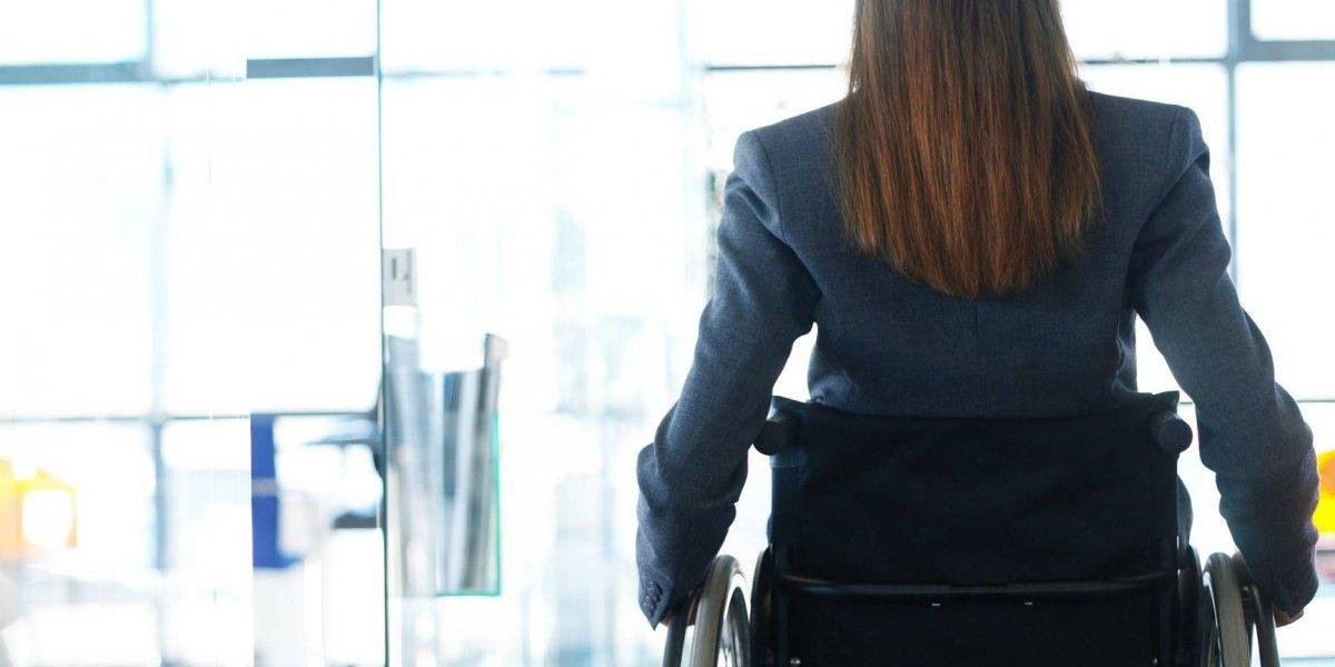 Uno empujaba una silla de ruedas, mientras el otro iba vestido como mujer: se hicieron pasar por pacientes para robar clínica en Valparaíso