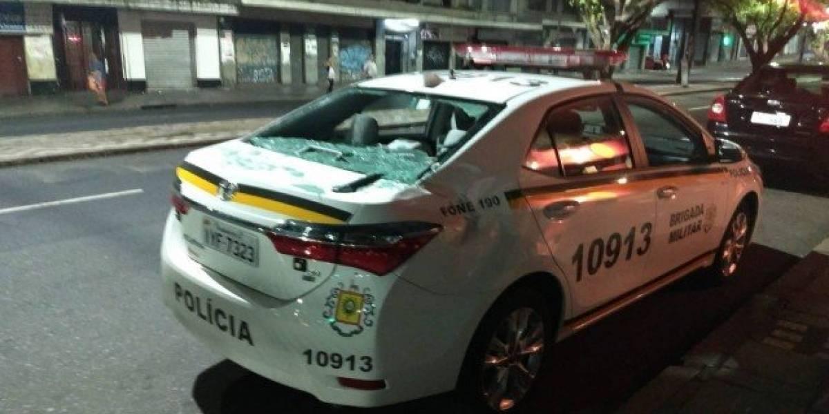 Mulher mira namorado, mas TV atinge carro da polícia