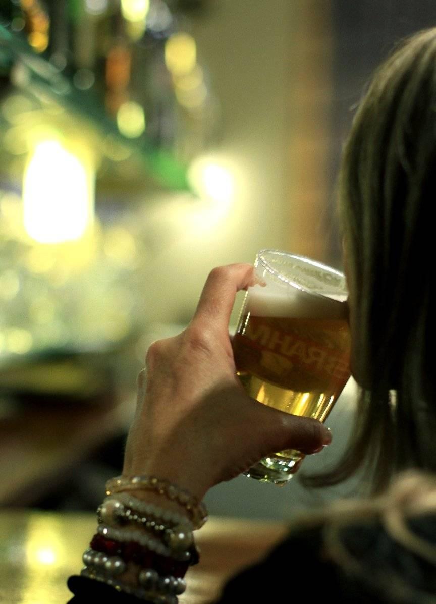 mulher chopp brahma cerveja